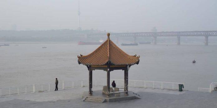 Un riu corre, gira, esborra, substitueix, una pel·lícula de Shengze Zhu