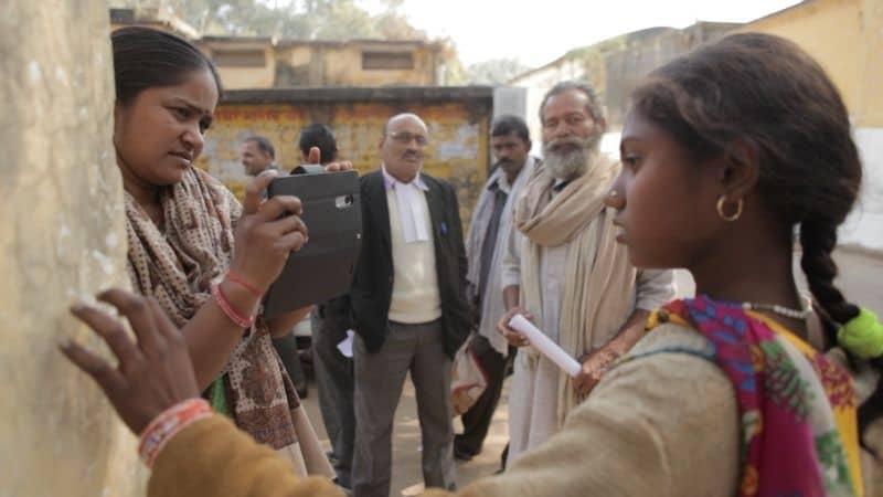 Scrivere con il fuoco, un film di Sushmit Ghosh, Rintu Thomas